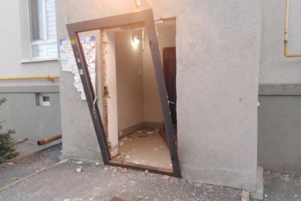 Железная дверь не выдержала взрывной волны
