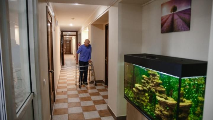 Не бросили, а позаботились: 10 мифов про жизнь в доме престарелых