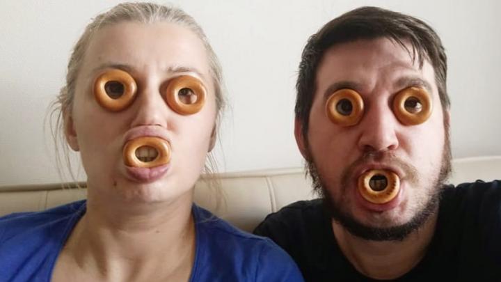 Пара из Новосибирска показала, как сходит с ума на самоизоляции — 5 смешных фото