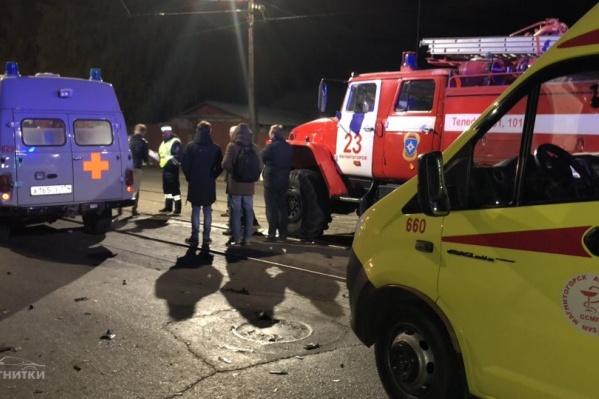 Машины после столкновения раскидало в разные стороны