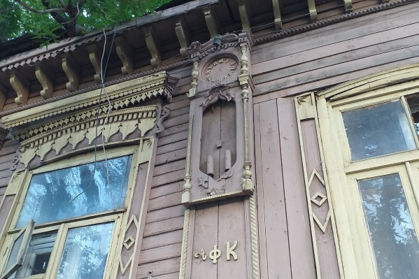 Часы на фасаде — изюминка дома