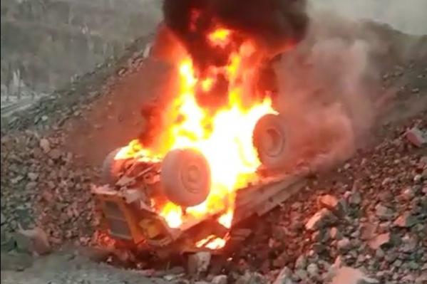 Грунт под задними колесами самосвала стал осыпаться, и БелАЗ упал в карьер