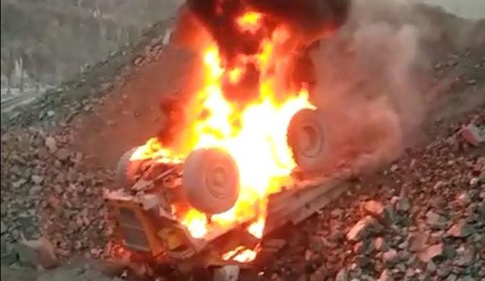 На Качканарском ГОКе самосвал рухнул в карьер и загорелся. Видео
