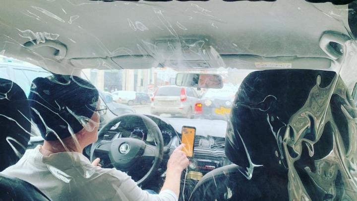 В Екатеринбурге гаишники стали предупреждать таксистов о штрафах за отсутствие защитных экранов
