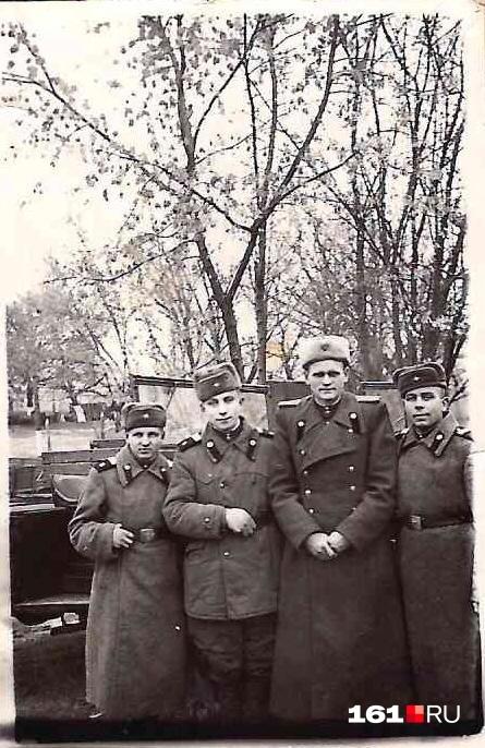 На этом кадре Филипп Дранцов второй справа. По бокам от него боевые товарищи — расчет, которым он командовал.