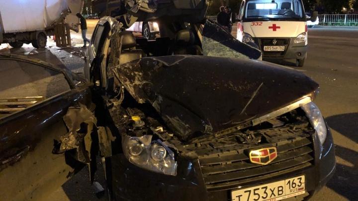 Пассажирку вырезали из авто: на улице Победы Geely протаранила «Газель»