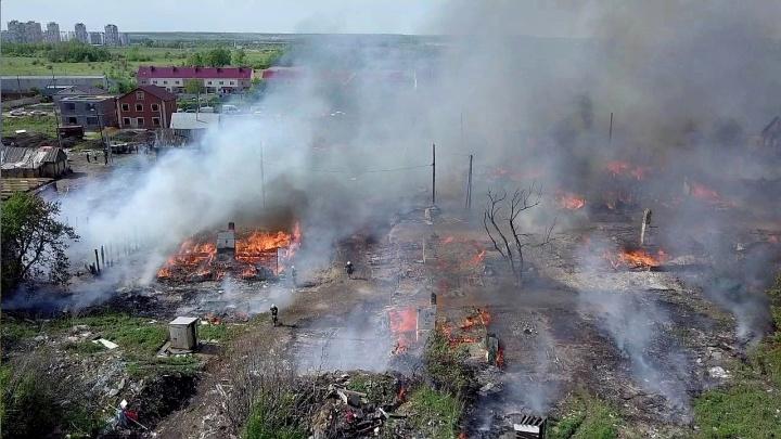 «Крова лишились около 40 семей»: МЧС потушило пожар в цыганском поселке под Самарой