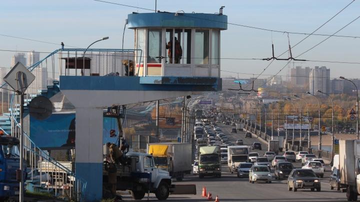 На Октябрьском мосту начали убирать пост ДПС — он уже давно не нужен