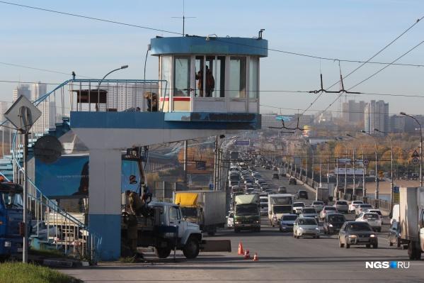 Пост ГИБДД находился на выезде с Октябрьского моста на улицу Восход