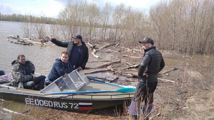 Нашли перевернутую лодку: на реке Иртыш вторые сутки ищут рыбаков