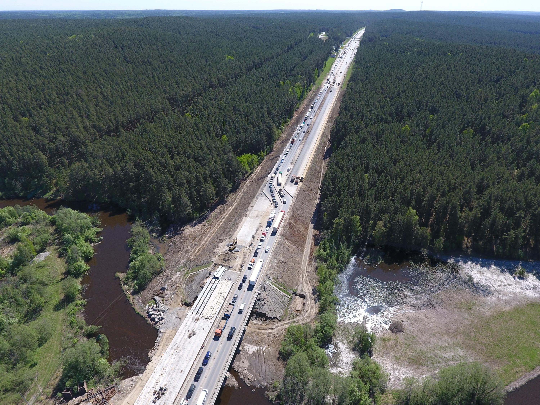 Так ремонт на мосту выглядел в мае: машины пускали в объезд по встречной полосе