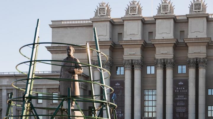 На площади Куйбышева устанавливают елки: мы сняли процесс