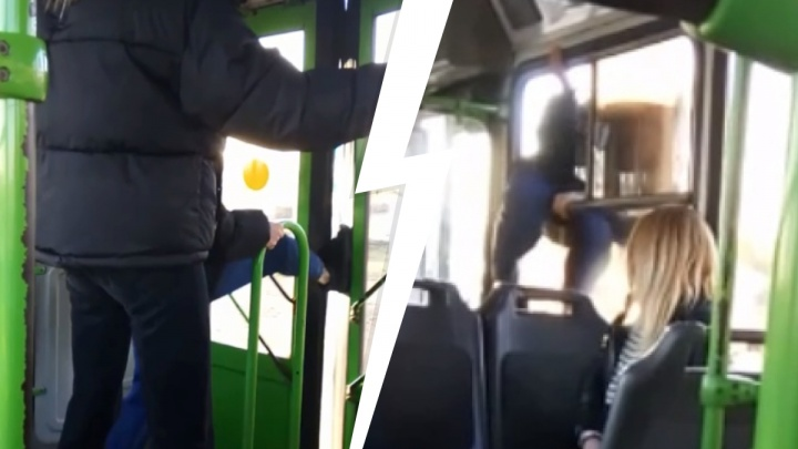 Орали песни и ломали двери: на Урале девушки вылезли из автобуса через окно
