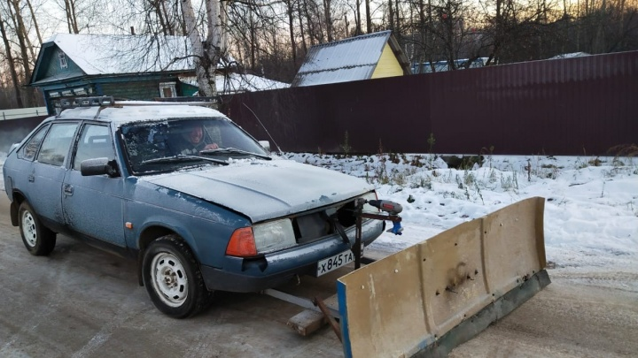 Ярославец повесил отвал на машину, чтобы чистить город от снега. Хотя это должны делать власти