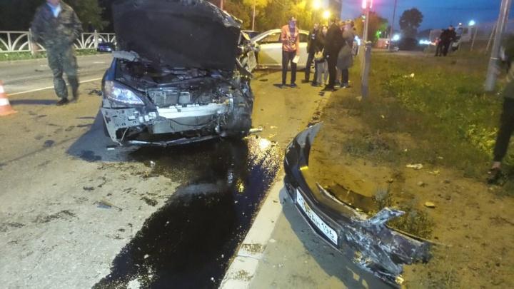 На Вторчермете столкнулись две легковушки: пассажира одной из машин увезли в больницу