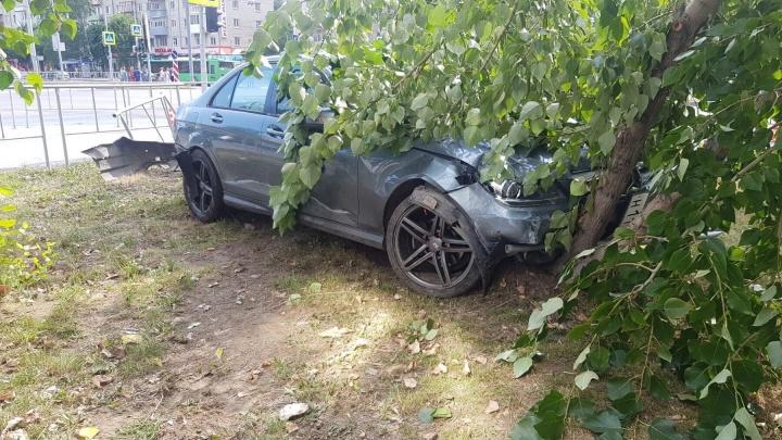 Лихач на Mercedes с «красивым» номером сбил пешехода и снес дерево в центре Тюмени