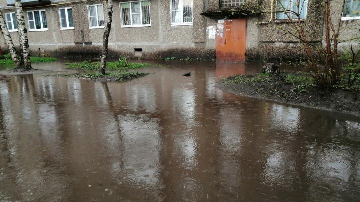 «Можно купаться, не нарушая изоляцию»: в Рыбинске из-за грозы затопило несколько подъездов. Видео