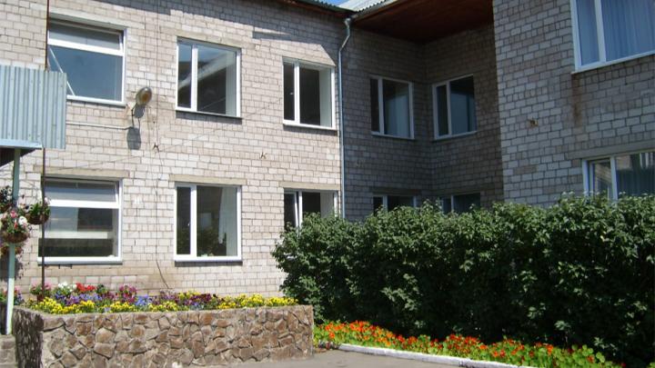 Замглавы администрации Ермаковского района подозревают в махинациях с квартирами детей-сирот
