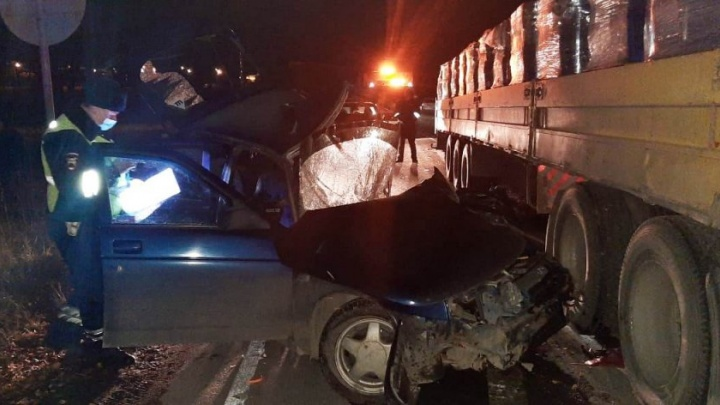 Не заметил в темноте: под Екатеринбургом грузовик Volvo снес с трассы ВАЗ, водитель погиб на месте