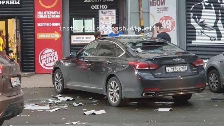 В Уфе с крыши обвалился шифер и проломил окно машины