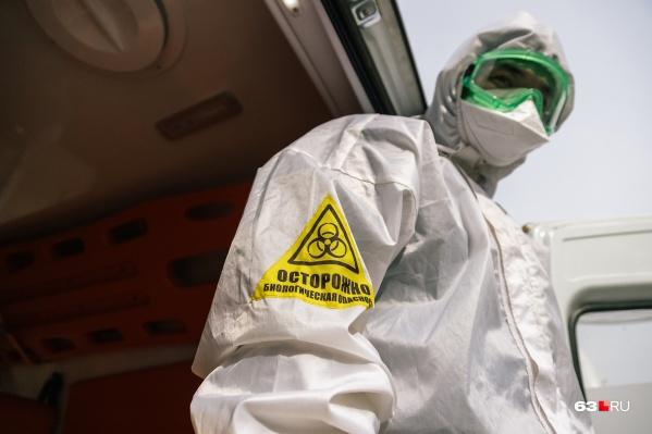 Медиков снабжают защитными костюмами