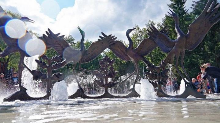 «Это не пляж или общественный душ»: власти Уфы попросили не купаться в фонтане «Танцующие журавли»