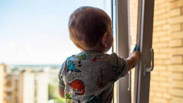 «Окно открыл брат»: в Рыбинске двухлетний малыш погиб, выпав с шестого этажа