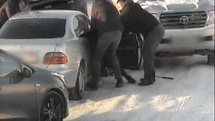 В Сети появилось видео похищения людей на автозаправке