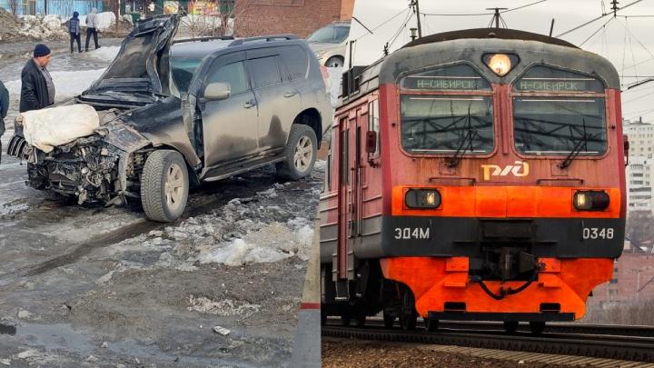 Под Новосибирском электричка протаранила иномарку — есть пострадавший