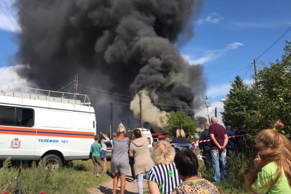 За пожаром и чёрным столбом дыма наблюдают многие жители