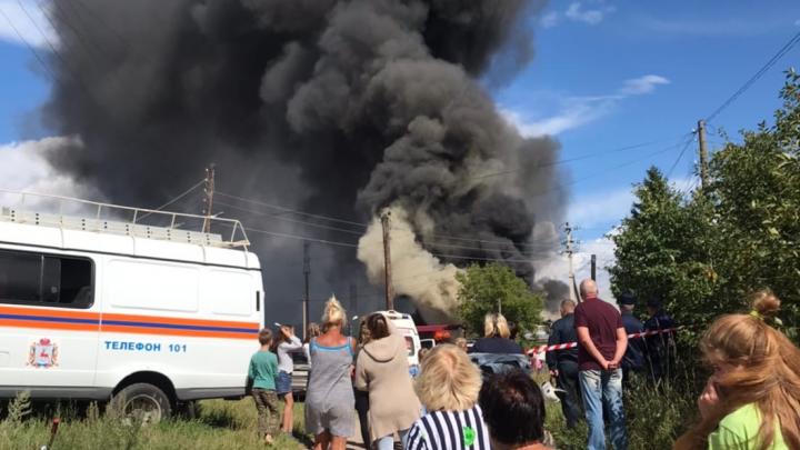 Видео дня. Возле Дзержинска горит склад полиэтилена на 1500 квадратных метров