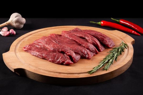 Перед приготовлением стейку нужно 3–4 часа полежать на воздухе после того, как его нарезали