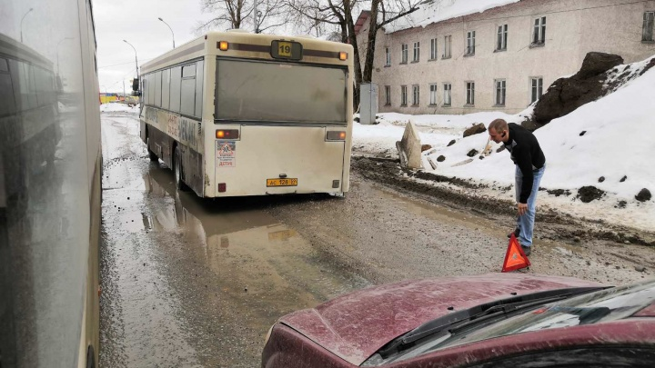 Водители автобусов маршрута № 19 требуют пустить его в обход Героев Хасана — дорога на улице разбита