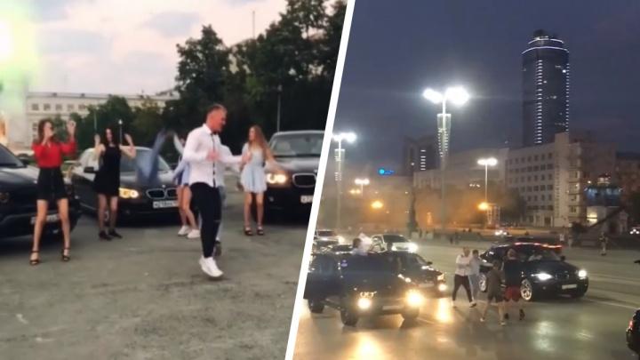 Екатеринбуржцы перекрыли Плотинку черными BMW и танцевали на дороге: видео