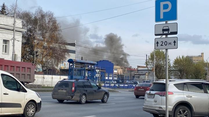 На Большевистской вспыхнуло здание — густой дым поднялся над городом