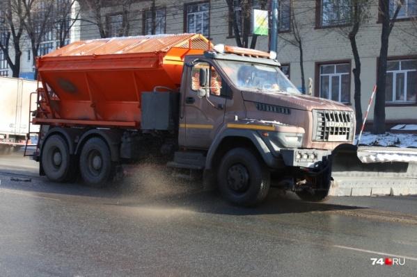 Днем дорожная техника ездит по Челябинску, а по ночам, видимо, позволяет себе отдохнуть