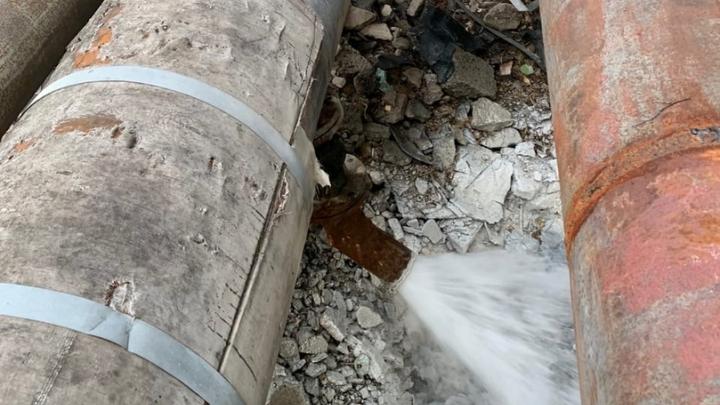 Вода из «cибирских Мальдив» потекла из трубы в лес — в СГК объяснили, что случилось