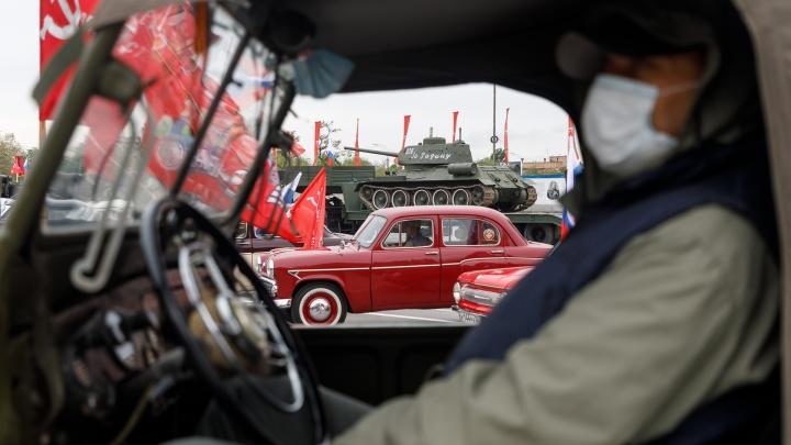 «Разойтись по машинам и надеть маски»: военная техника и ретроавтомобили вышли на парад по пустынному Волгограду