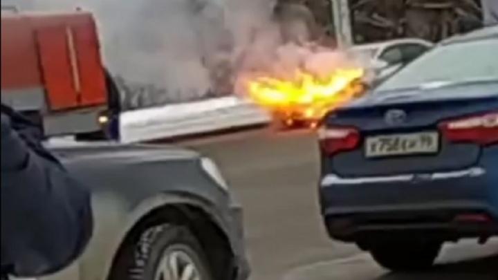На Уралмаше на дороге загорелась Mazda 6