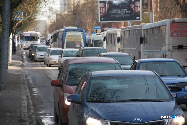 Несмотря на то, что многие перешли на удалёнку, в городе остаются дороги, где собираются пробки