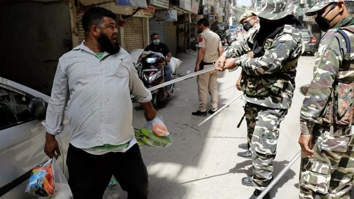 Полиция бьёт палками, мятежники закидывают больницы бутылками с мочой: челябинка — о карантине в Индии