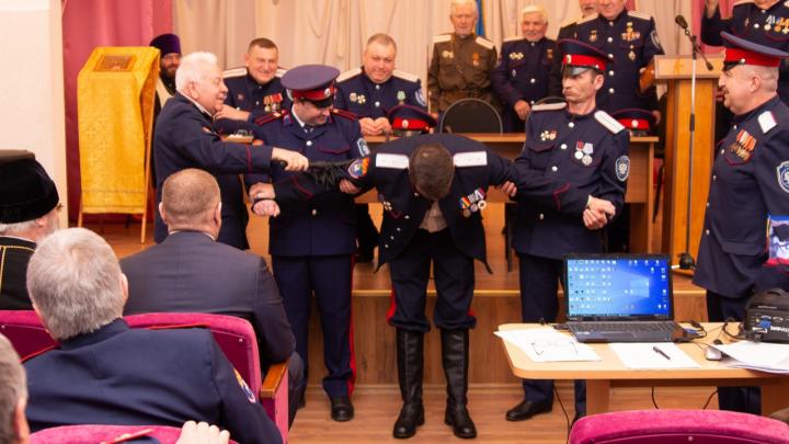 И депутат, и директор, и физрук: под Волгоградом в школе искусств казака отхлестали нагайкой