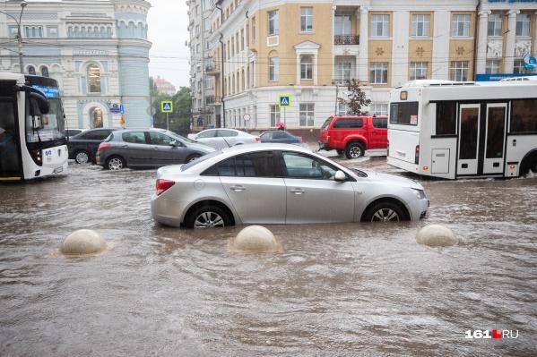 Машинам приходится пробираться сквозь большие потоки воды