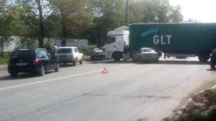 В Челябинске легковушка залетела под фуру, перегородившую дорогу