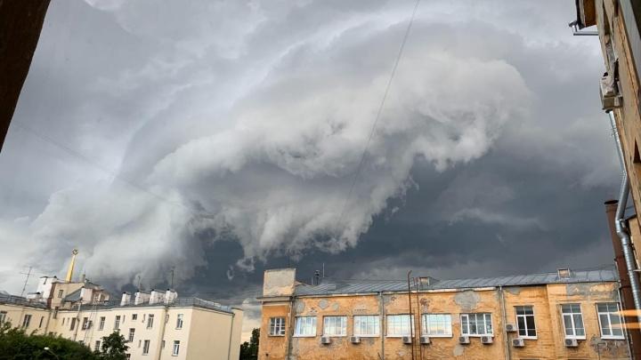 Ещё одна летняя гроза обрушилась на Екатеринбург: онлайн