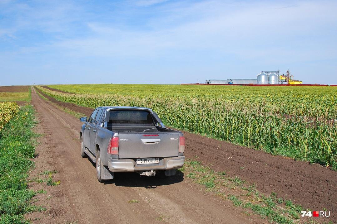 Внедорожные пикапы в России нередко используются для досуга, но в данном случае это необходимость — полевые дороги кое-где имеют сложные рельефы, а в кузове можно увезти запчасть, колесо или топливо