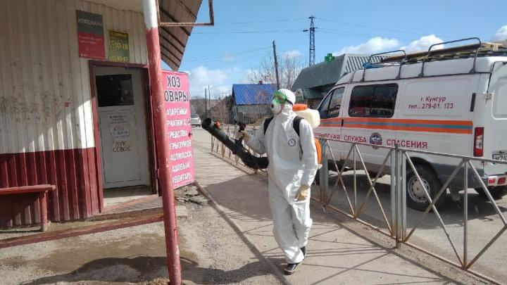«Кто, если не мы»: в Прикамье спасатели занялись дезинфекцией автобусных остановок