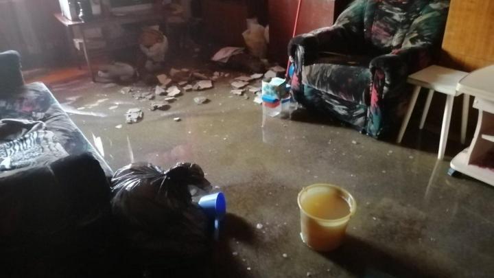 В Челябинске затопило дом под расселение. Жители двухэтажки остались без света, воды и отопления