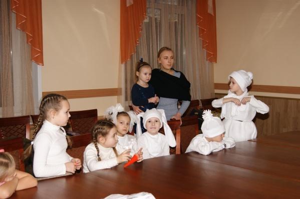Дети обожают участвовать в сценках и пьесах. В центре «Вундеркит» есть свой собственный семейный театр, где малыши делают постановки и показывают их своим родителям