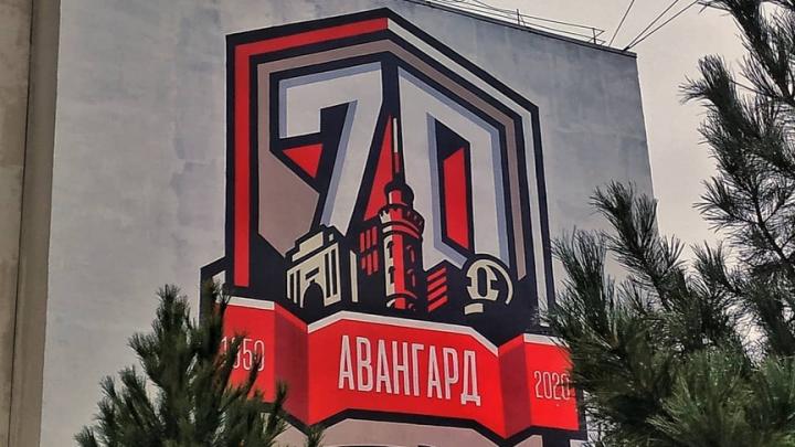 Омский художник украсил фасад здания на Чокана Валиханова граффити в честь 70-летия «Авангарда»